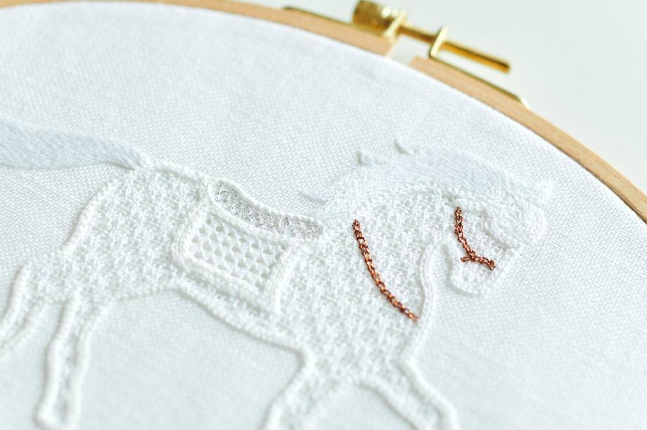 <笑う刺繍>中野聖⼦さんに聞く⽩い布に⽩い⽷で創り出す、⽩⽷刺繍の世界