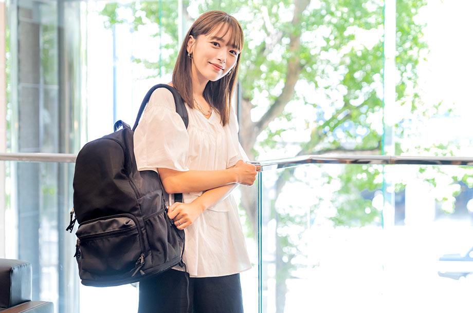 ペアレンツバッグを持つ近藤 千尋さんの画像
