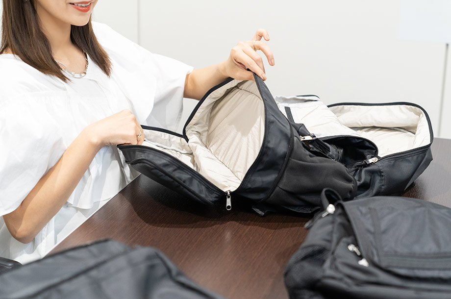 近藤 千尋さんがペアレンツバッグの中身を紹介している画像