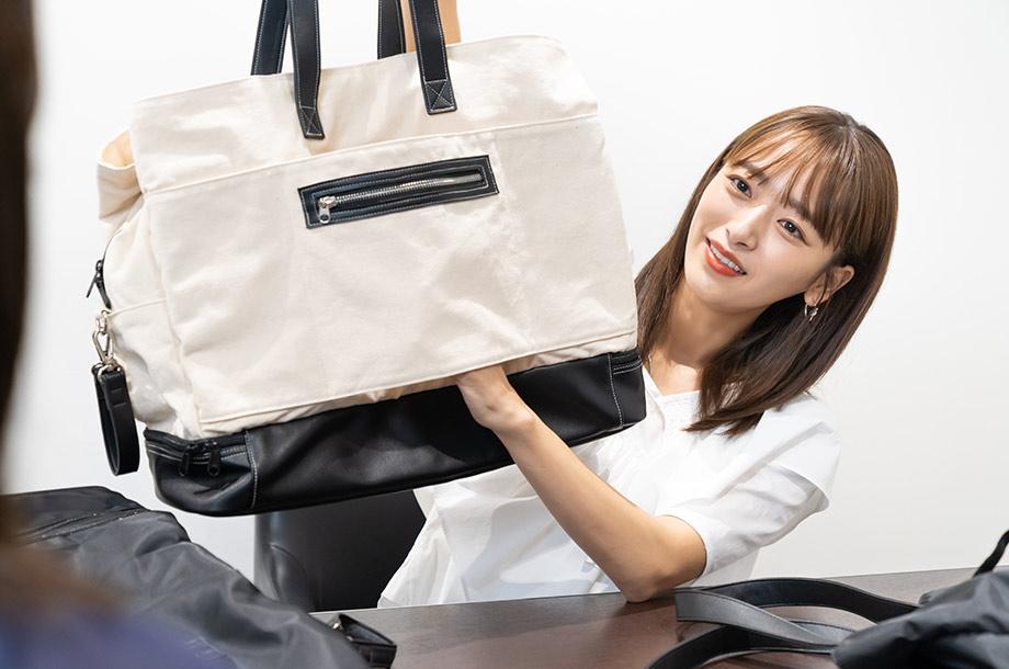 近藤 千尋さんがトートバッグを持っている画像