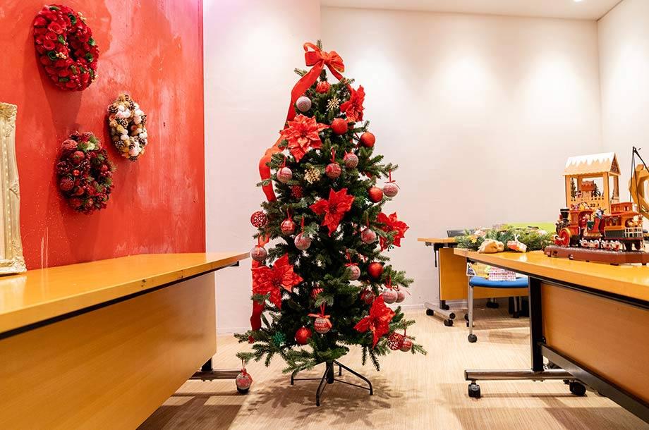 デコレーションしたクリスマスツリーの画像