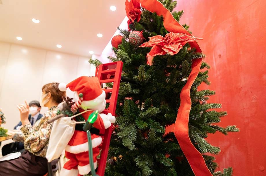 サンタさんがはしごを上り下りしている画像