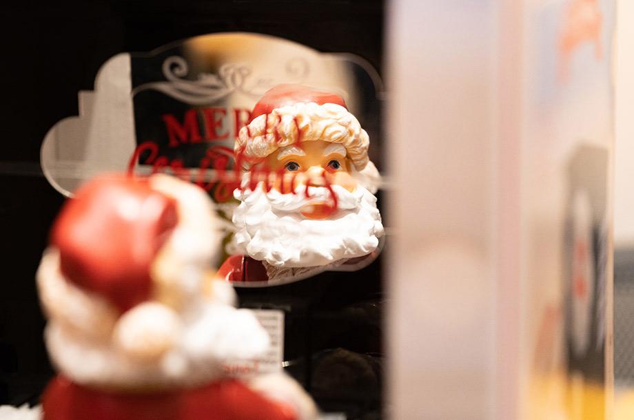 サンタクロースがピアノを弾いているイメージの画像