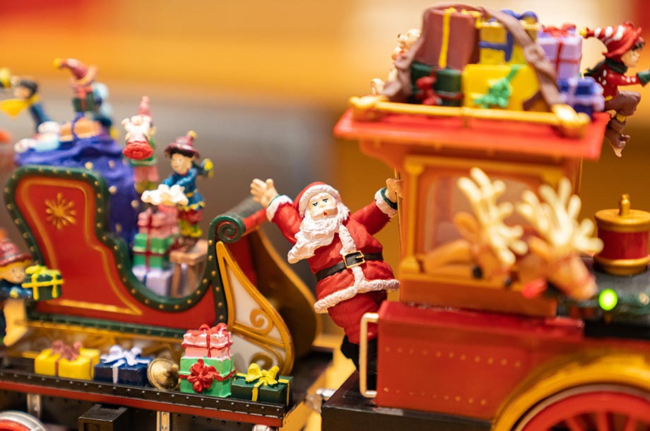 サンタさんが汽車に乗っている画像