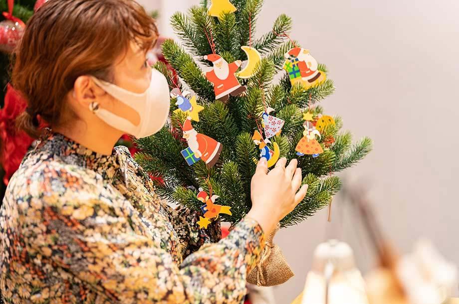 <アトリエ ・ニキティキ>壁掛け式クリスマスツリーの画像