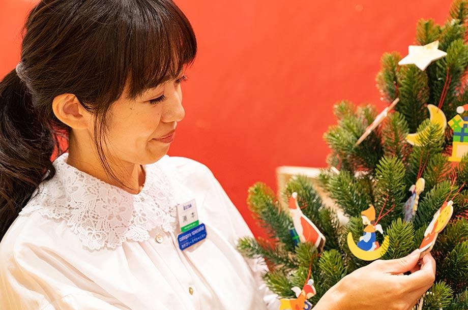 淵本さんがクリスマスツリーを紹介している画像