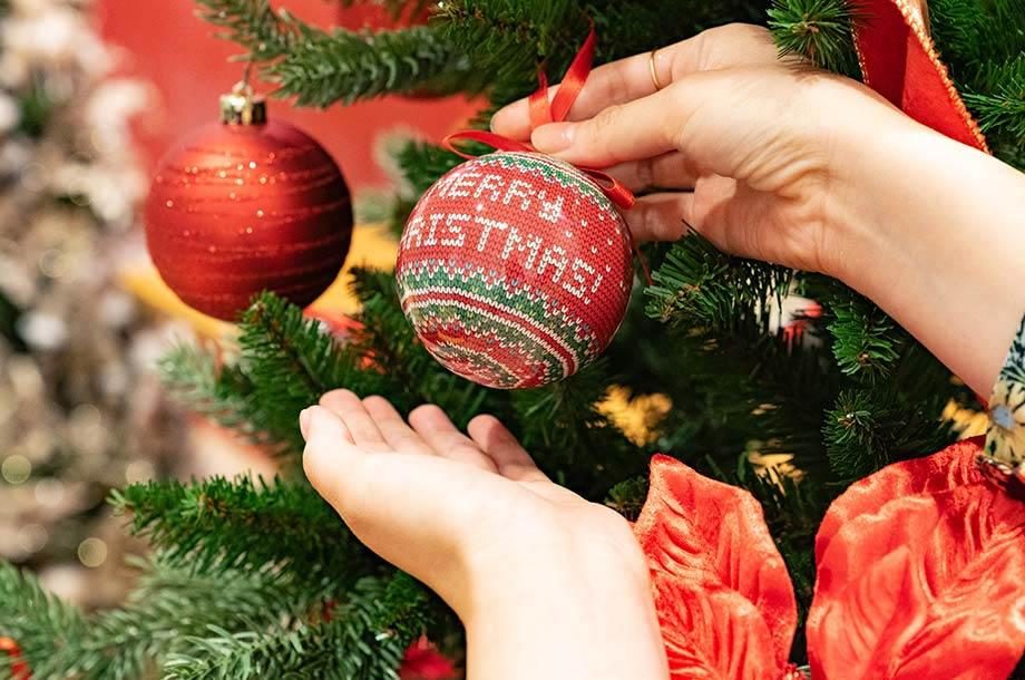 クリスマスツリーに飾っているオーナメントの画像